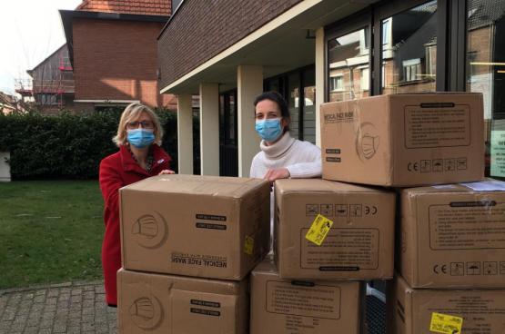 Sofie Merckx et Anne Delespaul réceptionnent une commande de masques. Médecine pour le Peuple a commandé 60 000 masques et les a distribués à des organisations de soins dans tout le pays. (Photo Belga)