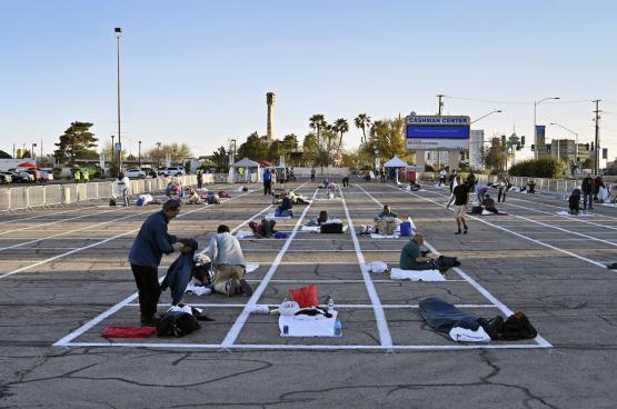 Las Vegas : un parking en plein air devient un refuge temporaire pour les sans-abri alors que 150 000 chambres d'hôtel sont vides... (Photo David Becker, Zuma Press)