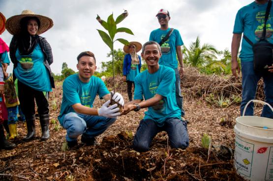 Face à la déforestation qui perturbe la relation entre humains et nature, des pay- sans partout sur le globe luttent pour leur indépendance et réinventent aujourd'hui leur manière de produire. (Photo Aris San- jaya / CIFOR, Flickr)
