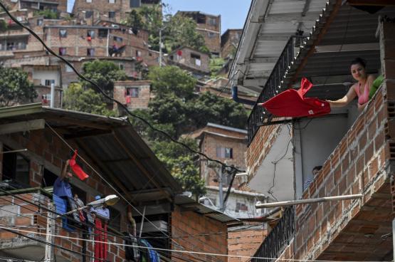 Des habitants de Medellin en Colombie ont décidé d'accrocher un drapeau rouge leur fenêtre en signe de protestation, parce que le gouvernement ne fait rien pour eux. (Photo Joaquin Sarmiento, AFP)