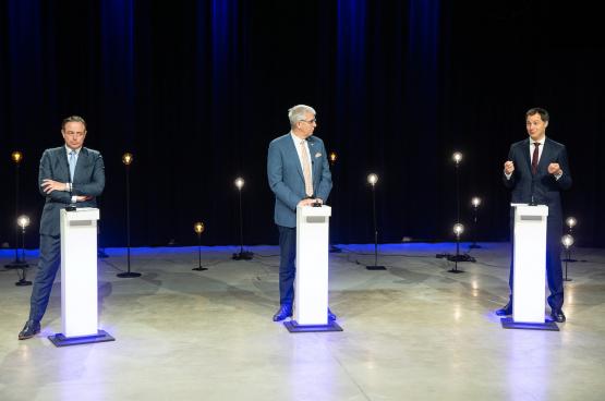 Bart De Wever (N-VA), Pieter Timmermans (Fédération des entreprises de Belgique) et Alexander De Croo (Open Vld), lors d'un débat organisé par la VRT. (Photo Belga)