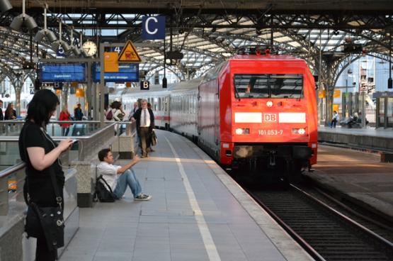 La Deutsche Bahn, la compagnie nationale des chemins de fer allemands, enregistrera des pertes pouvant atteindre 13,5 milliards d'euros sur la période 2020-2024. C'est pourquoi l'État accorde une aide de 6,9 à 8,4 milliards d'euros à la DB. Mais la DB devra économiser 2 milliards d'euros sur le matériel et le personnel, ce qui ne manquera pas d'aggraver les nombreux retards. (Photo Louis Espéret, Flickr)