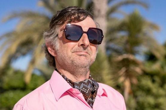 L'humoriste Freddy Tougaux a emporté quelques bouquins dans sa valise, direction l'été. (Photo DR)