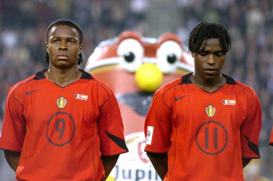 Mbo (à droite) et son petit frère Émile : « On est les premiers joueurs dits « de couleur » à avoir participé à un grand tournoi – la Coupe du monde de 1998 en France – pour la Belgique. C'est une fierté d'avoir ouvert les portes à plein d'autres derrière. » (Photo Belga)