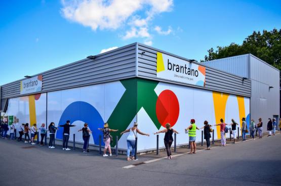 Ce mardi 4 août, une centaine de travailleuses de Brantano s'est réunie au magasin de Champion (Namur) pour dire leur colère suite à la faillite de la chaîne de magasins. (Photo Belga)
