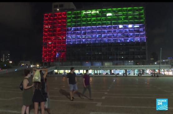 Pour fêter l'accord entre Israël et les Emirats arabes unis, le drapeau de ceux-ci étaient projetés sur la façade de la mairie de Tel Aviv. (Capture d'écran France24)