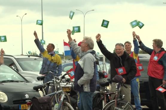 Lors d'une réunion du personnel en drive-in, les travailleurs ont voté à l'unanimité pour des actions déterminées. (Capture d'écran IJmond Nieuws)