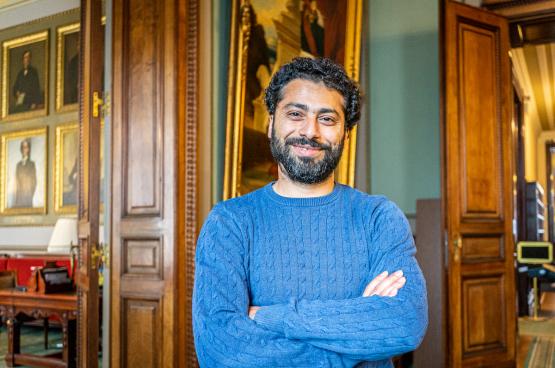 Nabil Boukili, député du PTB, qui combat le racisme et le colonialisme sur le terrain depuis des années, est rapporteur de la commission chargée d'examiner le passé colonial de la Belgique. (Photo Solidaire, han Soete)