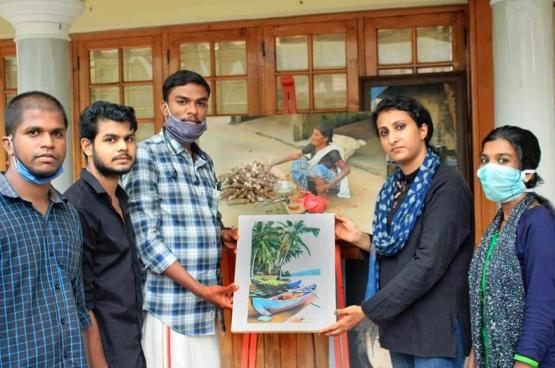 Des familles du Kerala ont donné des tableaux afin de soutenir l'action des jeunes. (Photo DYFI)