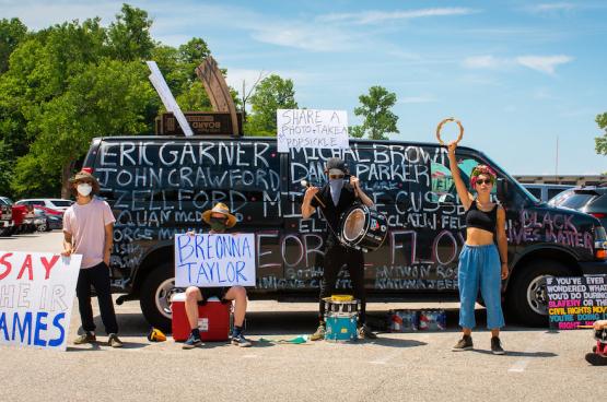 Les manifestations contre les politiques de Trump, contre les violences policières, contre le racisme, etc. sont quotidiennes aux États-Unis... (Photo risingthermals/Flickr)