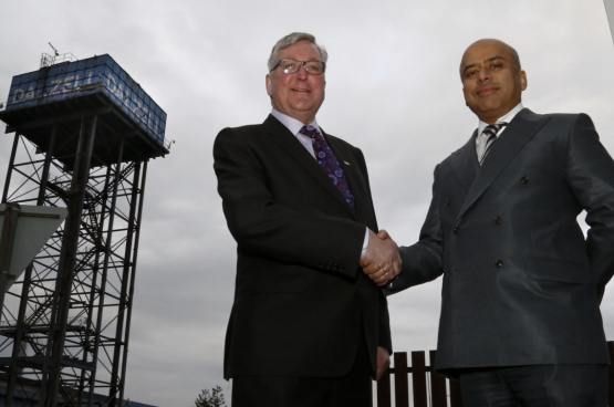Sanjeev Gupta (à droite), actionnaire unique de Liberty, est bien introduit auprès des responsables politiques. Ici aux côtés du ministre écossais de l'économie, Fergus Ewing (Photo Scottish Government, Flickr)