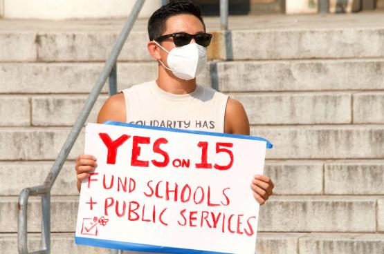 Des militants pour la Proposition 15 défendent une taxe sur les riches propriétaires afin de réinvestir dans les écoles et les services publics. (Photo Shutterstock)