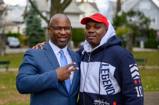 Jamaal Bowman (à gauche) fait partie de ces jeunes élus portés par une partie de plus en plus importante de la population des États-Unis qui veulent de vraies politiques de gauche. (Photo www.jamaalbowmanforcongress.com)