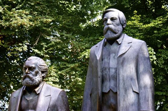 Statues de Friedrich Engels et de Karl Marx à Berlin. (Photo SocialBedia, Flickr)