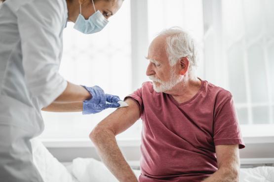 «La recherche biomédicale a été transférée au marché. On laisse faire les grandes entreprises pharmaceutiques qui doivent résoudre les problèmes de santé avec des solutions technologiques. Les pouvoirs publics ne leur fixent aucune condition et attendent simplement qu'elles soient les sauveurs du monde. C'est exemplaire dans la course aux vaccins contre le Covid-19», explique la biologiste Els Torreele. (Photo Shutterstock)