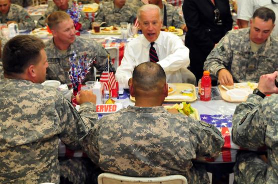 Joe Biden rendant visite aux troupes américaines en Irak. « J'ai voté pour l'invasion de l'Irak et je le referais », a-t-il déclaré en août 2003. (Photo The U.S. Army, Flickr)