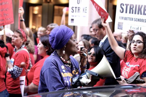 La mise en oeuvre des revendications se fait par des grèves massives, explique Jane McAlevey. Comme la grande grève des enseignants à Chicago en 2012. Tout le secteur est descendu dans la rue pour plus de personnel, de meilleurs salaires et contre la privatisation. (Photo Spencer Tweedy, Flickr)