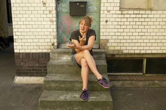 Bini Adamczak est une théoricienne et artiste berlinoise. Ses recherches portent sur la théorie sociale critique et l'histoire des révolutions. (Photo Facebook Bini Adamczak)