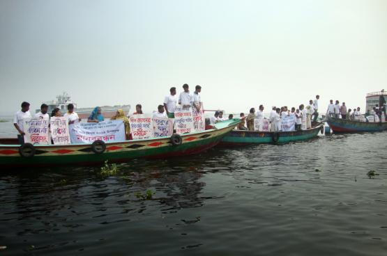 Action de protestation au Bangladesh contre l'extrême pollution des rivières. La responsabilité en est trop facilement attribuée aux victimes. (Photo Transparency International, Flickr)