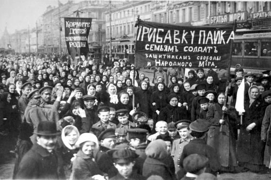 Le 8 mars 1917, des milliers de femmes russes descendent dans la rue, ce qui marque le début de la révolution.