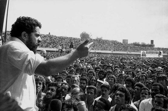 Lula, ouvrier et leader syndical avant d'être président du Brésil, s'adressant aux travailleurs en grève en 1979. (Photo Wikimedia Commons)