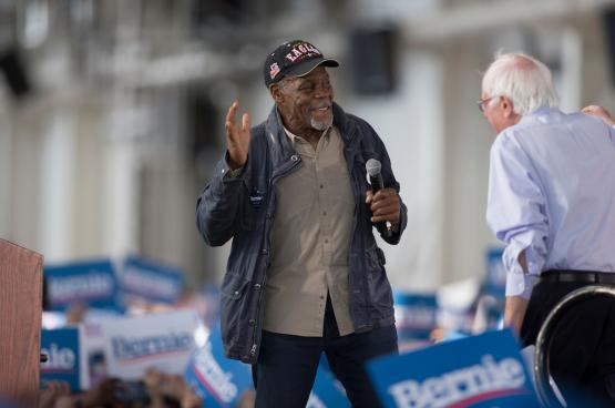 Danny Glover avec le sénateur de gauche Bernie Sanders, lors de la dernière campagne de ce dernier pour l'investiture pour l'élection présidentielle. (Photo Sterling Munksgard)