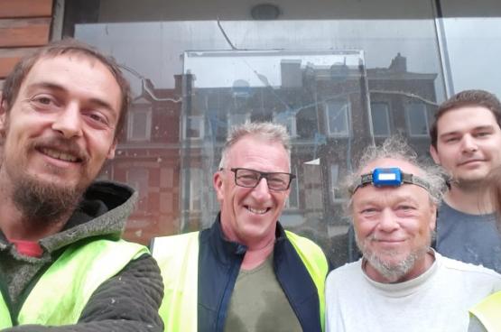 Laurent Cailleaux (à gauche) est venu du Borinage pour aider les familles sinistrées de la région de Verviers, à 150 km de chez lui. Depuis deux mois et demi, il reste sur place pour aider un maximum de familles. (Photo Solidaire)